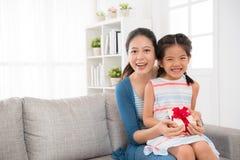 Дети и мать девушки держат подарок дня ` s матери Стоковая Фотография