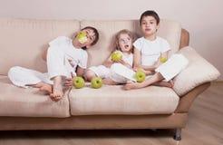 Дети и яблоки Стоковые Изображения RF