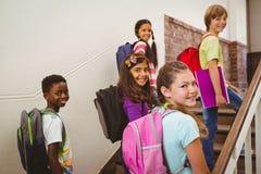 Дети идя вверх по лестницам в школе стоковое фото rf
