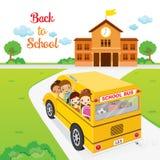 Дети идя к школе школьным автобусом Стоковые Изображения