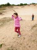 Дети идя через ландшафт дюны Стоковое Изображение RF