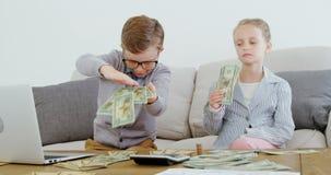 Дети как деньги 4k руководителя бизнеса бросая сток-видео