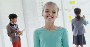 Дети как руководители бизнеса усмехаясь и работая 4k акции видеоматериалы