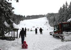 Дети катаясь на лыжах на лыже склоняют для детей в курорте зимы в горе Vitosha, †«января 23,2018 Болгарии Катание на лыжах, спо Стоковые Изображения RF