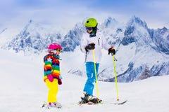 Дети катаясь на лыжах в горах Стоковое Изображение RF