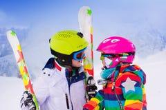 Дети катаясь на лыжах в горах Стоковое Изображение