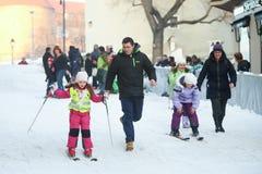 Дети катаясь на лыжах в центре города Стоковая Фотография