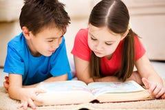 Дети книга чтения стоковое изображение rf