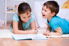 Дети книга чтения стоковые фотографии rf