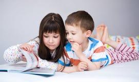 Дети книга чтения стоковые изображения