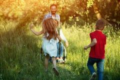 Дети, который побежали к их неработающей матери в парке стоковое изображение rf