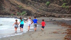 Дети, который побежали на пляже сток-видео
