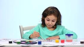 Дети красят изображение с карандашами и восхищают их работу конец вверх Белая предпосылка Промежуток времени видеоматериал