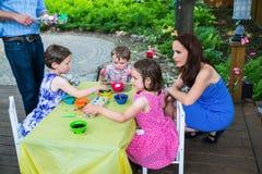 Дети крася их пасхальные яйца снаружи Стоковые Фото