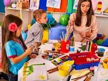 Дети крася и рисуя совместно Урок ремесла в начальной школе Стоковое Фото