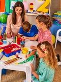 Дети крася и рисуя совместно Урок ремесла в начальной школе Стоковые Изображения