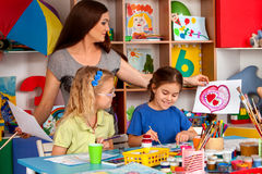 Дети крася и рисуя совместно Урок ремесла в начальной школе Стоковая Фотография