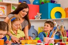 Дети крася и рисуя совместно Урок ремесла в начальной школе Стоковые Фотографии RF