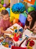 Дети крася и рисуя Урок искусства в начальной школе Стоковое фото RF