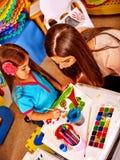 Дети крася и рисуя Урок ремесла в начальной школе Стоковые Изображения