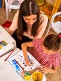 Дети крася и рисуя Урок ремесла в начальной школе Стоковая Фотография RF
