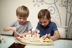 Дети крася модель военного корабля Стоковые Изображения