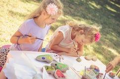 Дети крася на таблице стоковые фото