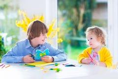 Дети крася ремесла пасхи Стоковое Изображение