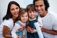 дети крася усмехаться родителя их Стоковое Изображение
