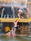 Дети купая около фонтана Стоковые Изображения