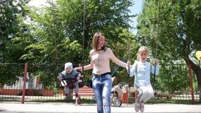 Дети мамы отбрасывают в active образа жизни парка акции видеоматериалы