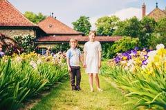 Дети моды представляя в красивом саде Стоковое Изображение RF