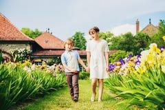 Дети моды представляя в красивом саде Стоковые Фотографии RF
