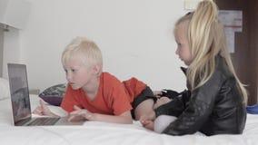 Дети наблюдают мультфильм на компьютере сток-видео
