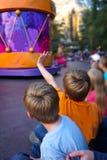 Дети наблюдая вертикаль парада стоковые фотографии rf