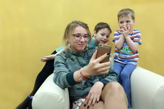 Дети наблюдая видео на smartphone Стоковое Изображение RF