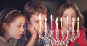 Дети наблюдая гореть свечей hanukka видеоматериал