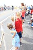 Дети наблюдая парад Дня независимости стоковая фотография rf