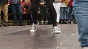 Дети наблюдая тренировку активных парней breakdancing в улице города, хобби акции видеоматериалы