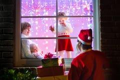 Дети наблюдая Санту на Рожденственской ночи Стоковые Фотографии RF