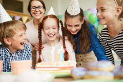 Дети наслаждаясь днем рождения стоковое изображение rf