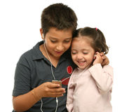 дети наслаждаясь игроком mp4 стоковое изображение