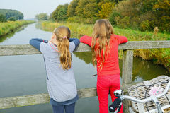 Дети наслаждаясь природой на велосипеде Стоковая Фотография