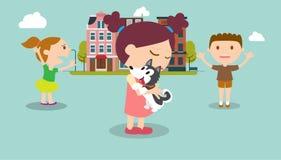 Дети находят собака в городе с зданиями Стоковое Фото