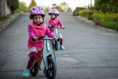 Дети на велосипеде в солнечном парке Стоковые Фотографии RF