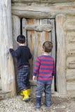 Дети на двери амбара Стоковое фото RF