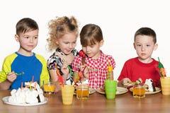 Дети на вечеринке по случаю дня рождения Стоковые Фото