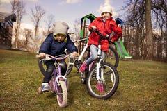 Дети на велосипедах в осени Стоковые Изображения RF
