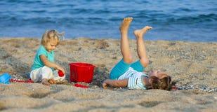 Дети на играть взморья Стоковая Фотография