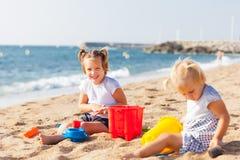 Дети на играть взморья Стоковые Фото
